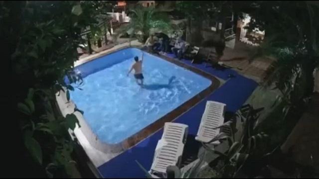 драка в бассейне