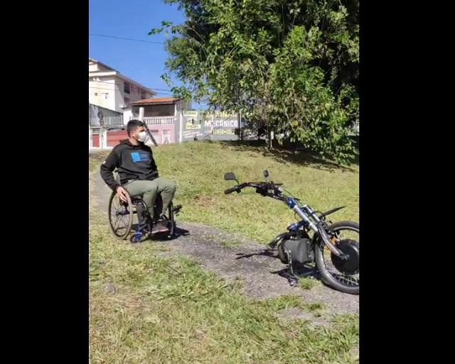 парень в инвалидном кресле