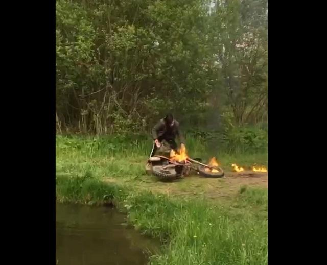 горит мотоцикл