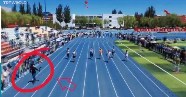 в Китае парень с камерой обогнал спортсменов во время стометровки