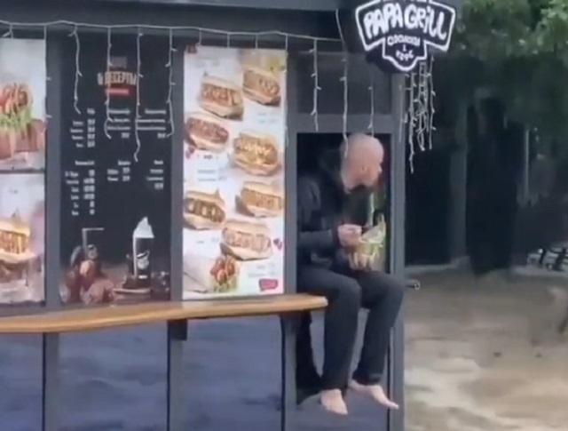 парень кушает в закусочной