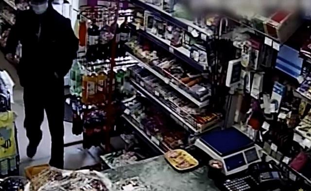 В Кузбассе продавщица голыми руками скрутила грабителя с ножом