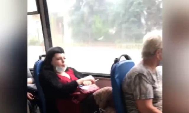 девушка курит в троллейбусе