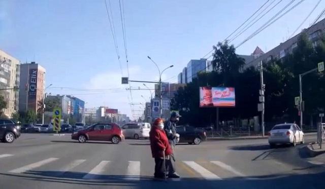пенсионеры переходят дорогу