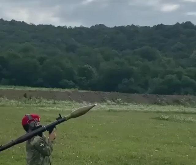 мальчик стреляет из гранатомета