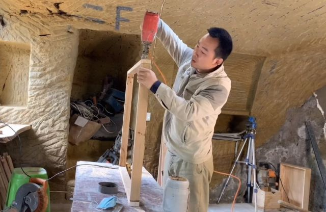 Китаец построил себе дом в пещере