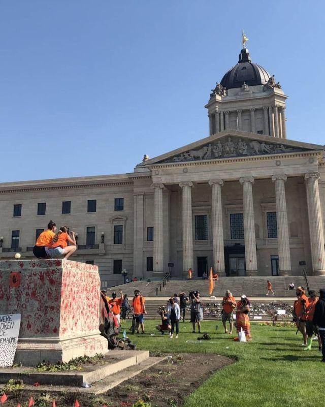 В Канаде снесли статуи королевы Елизаветы II и Виктории