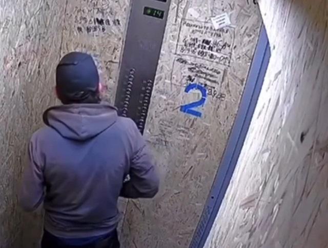 мужчина в лифте