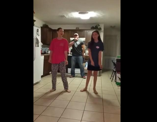 Папа танцует с дочками
