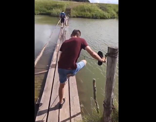парень упал на мосту