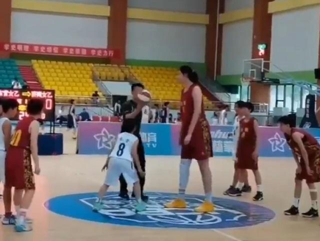 Чжан Цзыю - 14-летняя баскетболистка из Китая