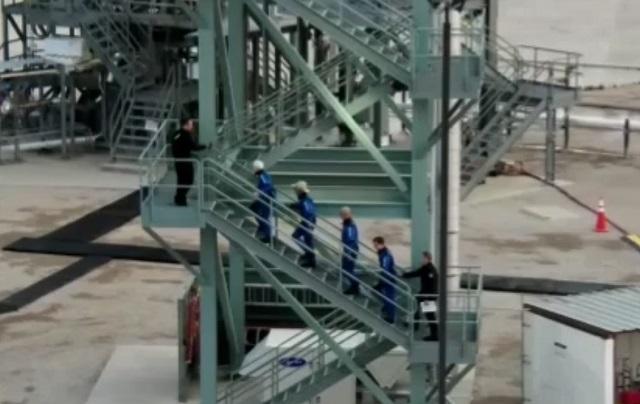 Джефф Безос уже поднимается на свой корабль New Shepard