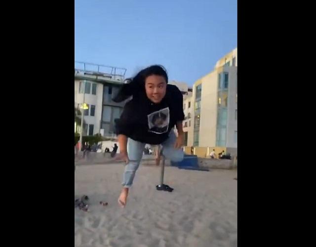 Девушка-попрыгунья показала чудеса равновесия
