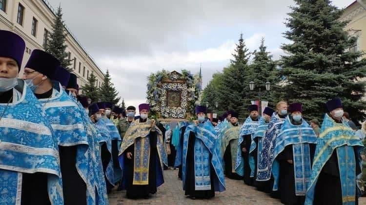 В Казани на крестный ход вышли тысячи человек - в разгар очередной волны коронавируса (2 фото + видео)