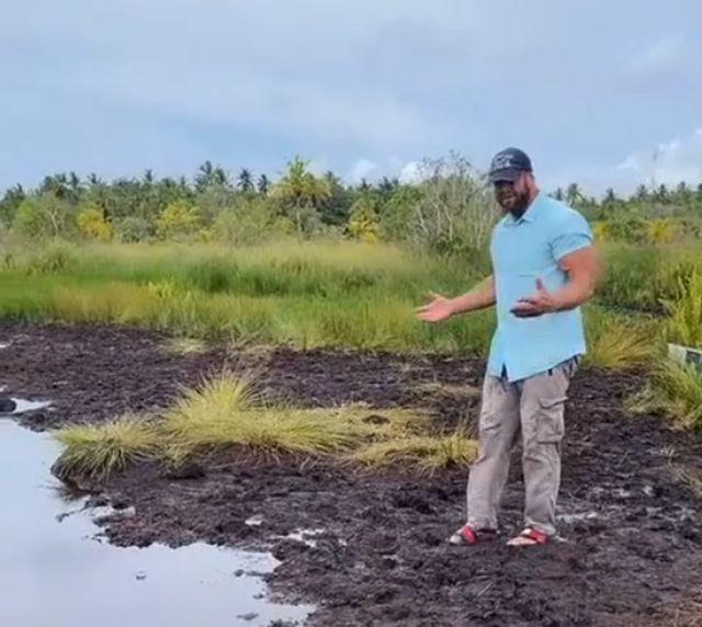 мужчина возле болота