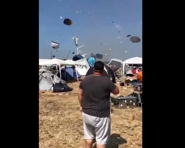ветер поднял палатки
