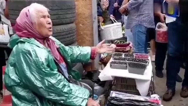 пенсионерка на рынке