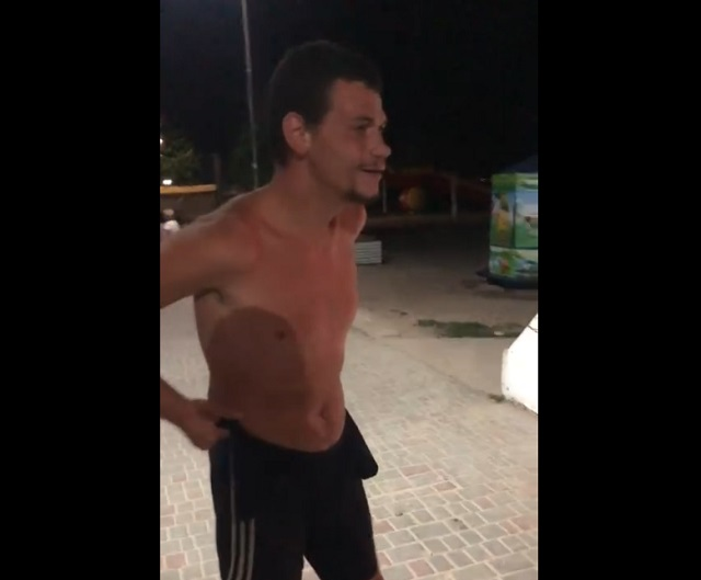 парень бьет по груше
