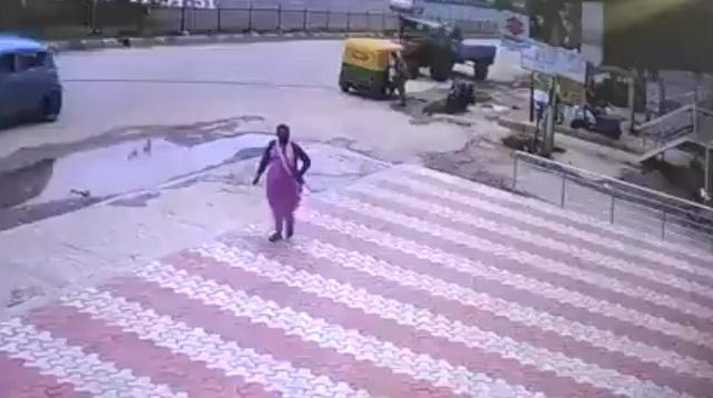 парень упал на женщину
