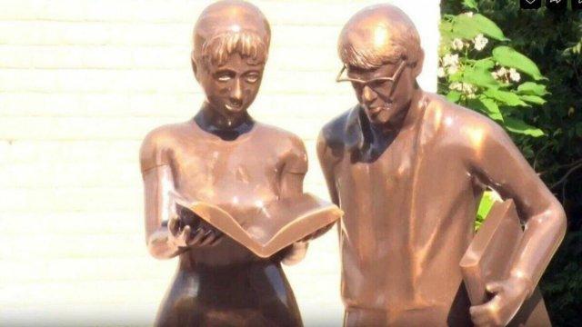 Жители Белгородской области смеются над скульптурой «Шурик и Лида»