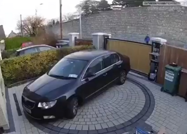 автомобиль во дворе