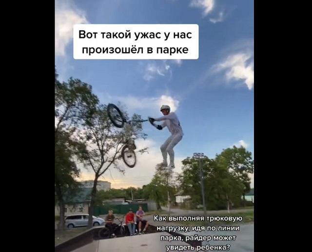 парень выполняет трюк на велосипеде
