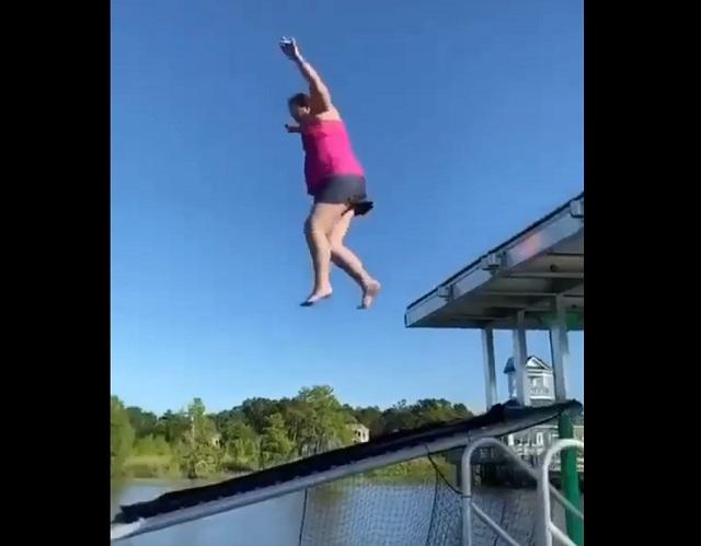 Девушка прыгает в воду