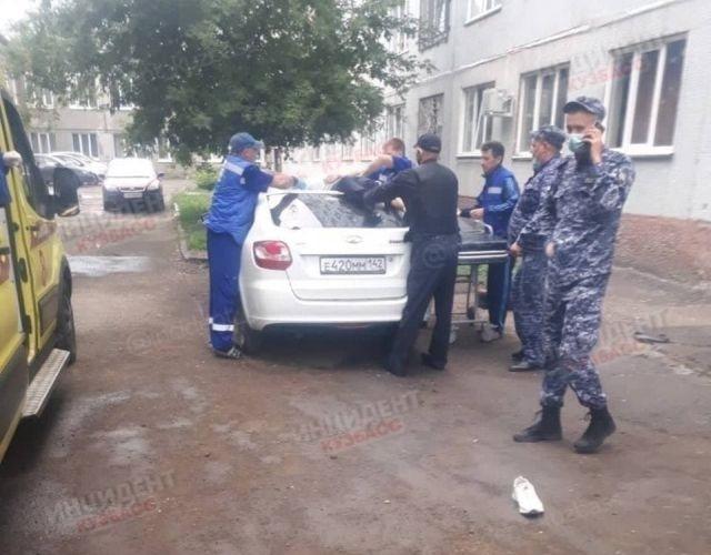 В Кемерово мужчина выпал из окна на машину