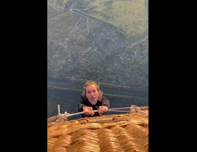 Девушка собирается прыгать с парашютом