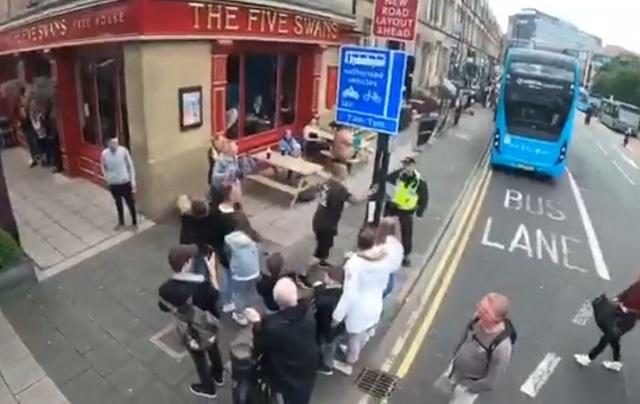 полицейские спустили собаку на протестующего