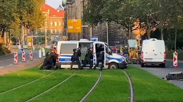 В Дрездене полицейские застряли на трамвайных путях