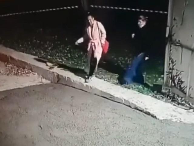 Девушки переходят дорогу