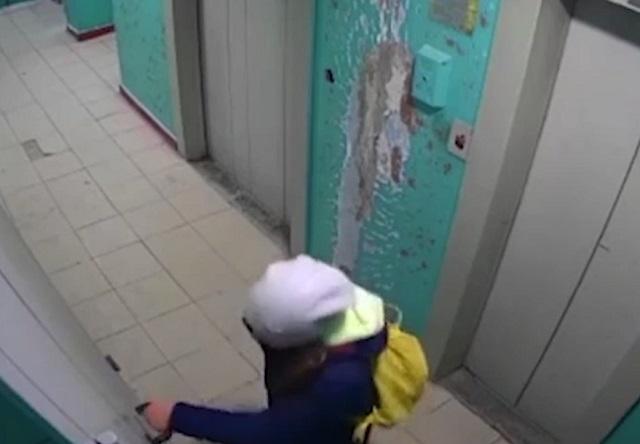 Девочка в подъезде
