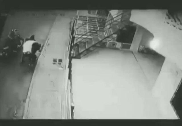 Грабитель напал на женщину