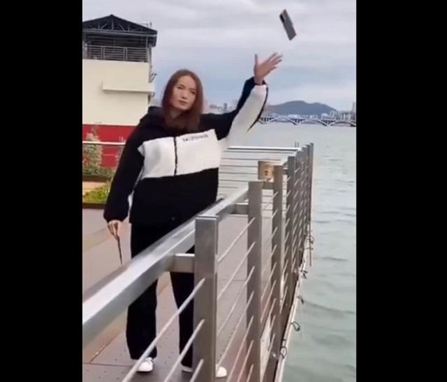 Девушка бросает телефон