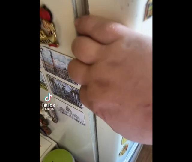 открывает холодильник