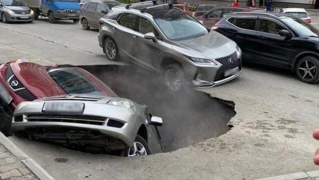 В Новосибирске автомобили провалились в яму с кипятком