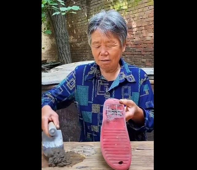 бабушка с тапком