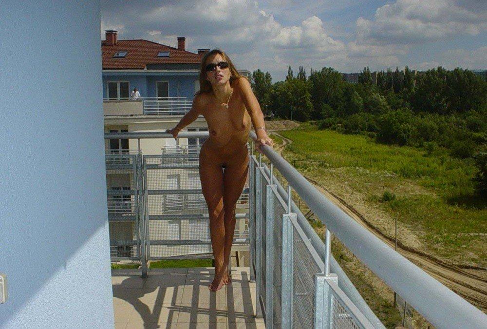 golie-na-balkone-chastnoe-foto